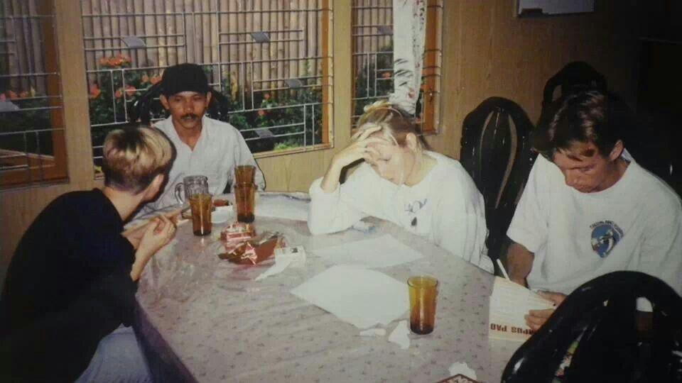 Aftenhygge med 2 hollændere og hostelejeren 1994 #indonesien #rejseminder #backpackerplanet