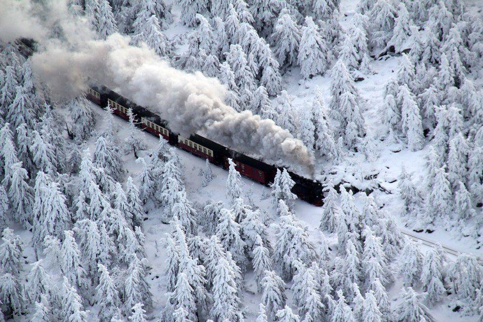 Поезд Brocken Railway едет сквозь зимний пейзаж, приближаясь к своему пункту назначения на горе Брокен, в горном районе Гарц, Германия, 8 декабря 2012.