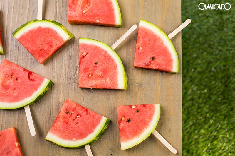 Que tal substituir o picolé por uma melancia no palito?Saudável e saboroso!