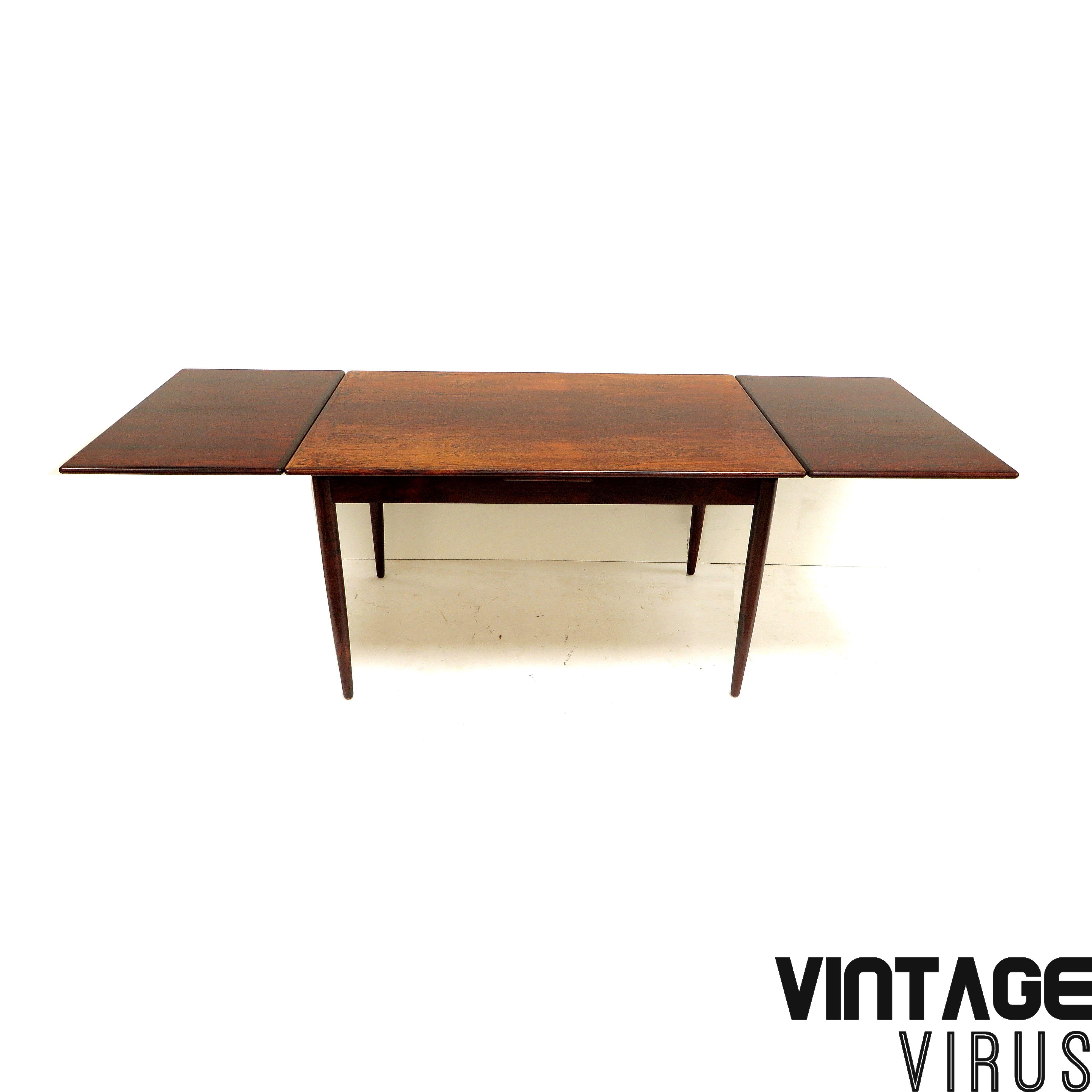 Grote Uitschuifbare Eettafel.Grote Vintage Uitschuifbare Eettafel Met Mooie Houttekening