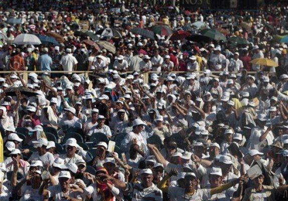 Una multitud llena hoy la Plaza de la Plaza de la Revolución de La Habana a la espera de la misa que oficiará el papa Benedicto XVI en el último día de estancia en Cuba. Ver más en: http://www.elpopular.com.ec/48787-una-multitud-aguarda-en-la-plaza-de-la-revolucion-de-la-habana-la-misa-papal.html?preview=true