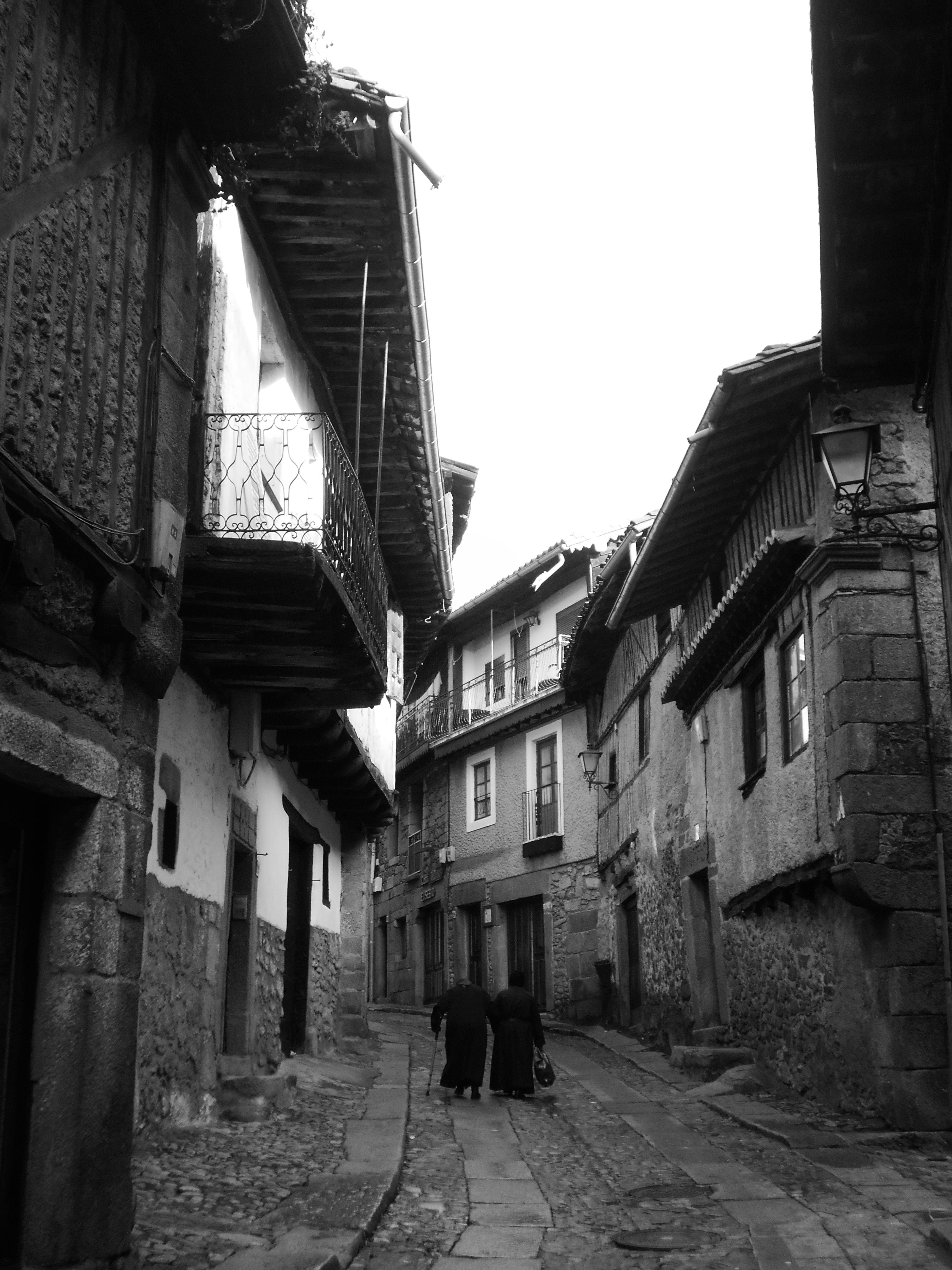 Imagen de otros tiempos. Dos mujeres con sayos subiendo por la Calle Mayor.