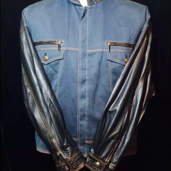 """NWOT Couture GIANNI VERSACE Men's Denim Jacket Pan Gianni Versace Couture BN Never Worn w/o Tag Vintage Rare Tailored Denim/Leather Suit: Mens Denim/ Leather Jacket, Italy, EU Size 50/ US Size 40 (GQ Sz Chart) in Black Leather/ Blue Gray Denim - Leather trim on the pocket openings and back of collar, full leather sleeves and back. 4 pockets on the front of the jacket. 2 button & 2 zipper. Rich antique Signature Medusa Head Brass tone hardware finish and the buttons. Shoulders:25"""" inches…"""