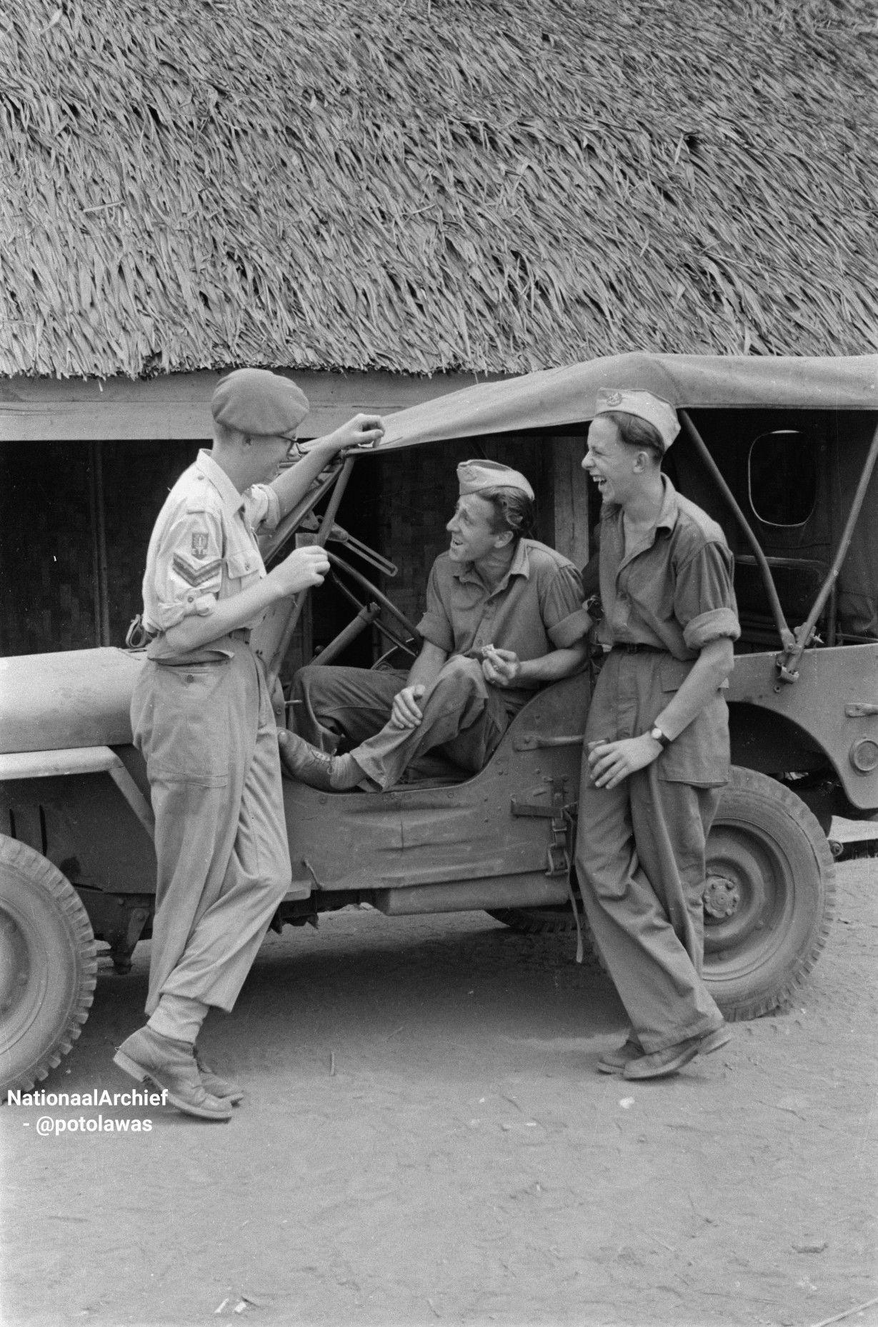 Potret Tiga Tentara Belanda Bercengkrama Didekat Sebuah Mobil Jeep Di Camp Doeri Tangerang Sekitar November 1946 Camp Do Tentara Perang Dunia Kedua Jeep