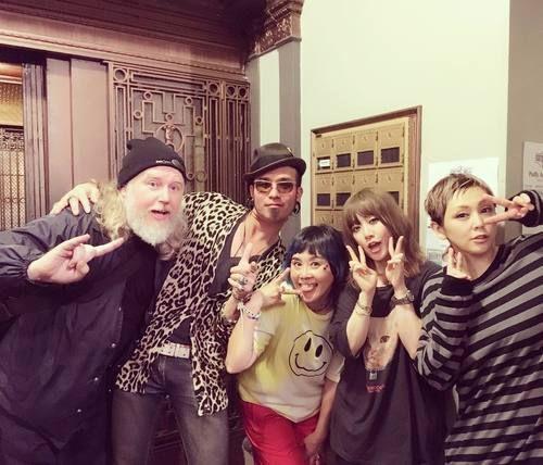 """Naoko+Nozawa,+Ami+Onuki,+Yumi+Yoshimura+&+co.+:+""""¡¡Gracias+San+Francisco!!+¡¡Lo+pasamos+muy+bien!!+¡¡Hoy+fue+un+show+con+Naoko+Nozawa-san+y+la+ELECTRIC+MACHINE+GUN+TITS!+de+Tora-San.+Yeah!+🙌+En+la+izquierda+está+Gabu-Chan+de+Amoeba+Music+que+vimos+en+la+noche+de+hace+10+años!+También+es+amigo+de+EMGT+así+que+vino+a+ver+nuestro+show+😭+no+lo+reconocí+al+principio+pero+después+de+10+años,+supongo+que"""