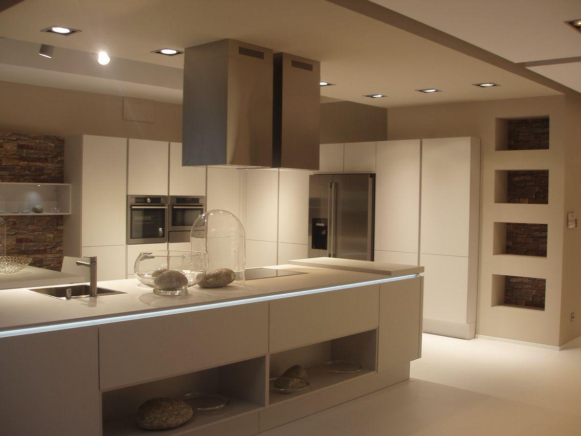 Lovik cocina moderna casi cinco d cadas vendiendo muebles for Cocinas alargadas modernas