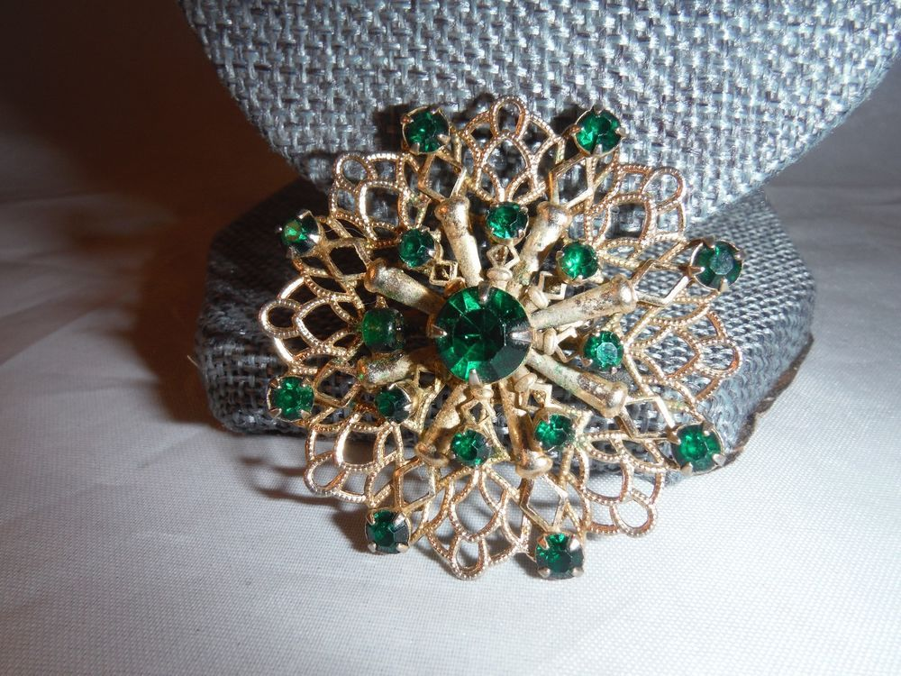 VINTAGE EMERALD GREEN RHINESTONE PIN BROOCH COSTUME JEWELRY BOX J & Vintage emerald green rhinestone pin brooch costume jewelry box j ...