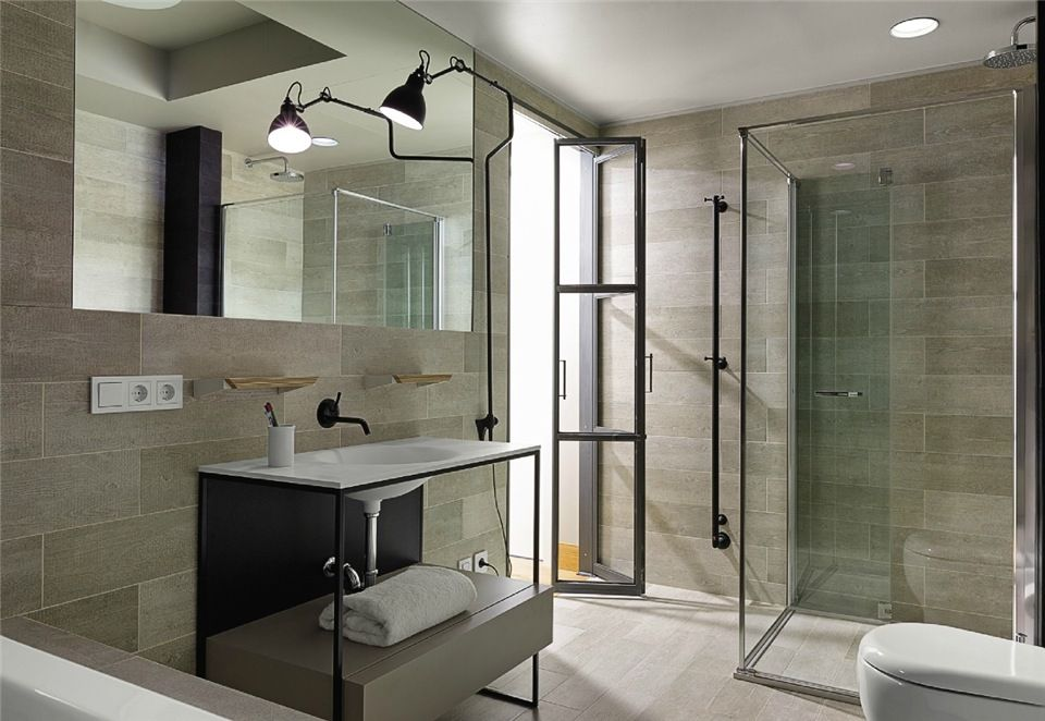 Light-filled Two-Bedroom Suites feature sweeping city views and - badewanne eingemauert modern
