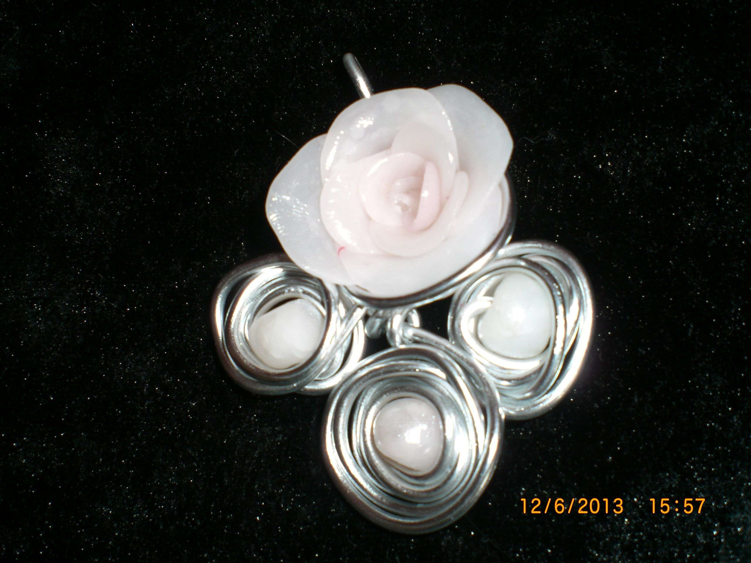Pendentif Rose Fleur Perles En Fimo Blanche Rosee Mes Creations