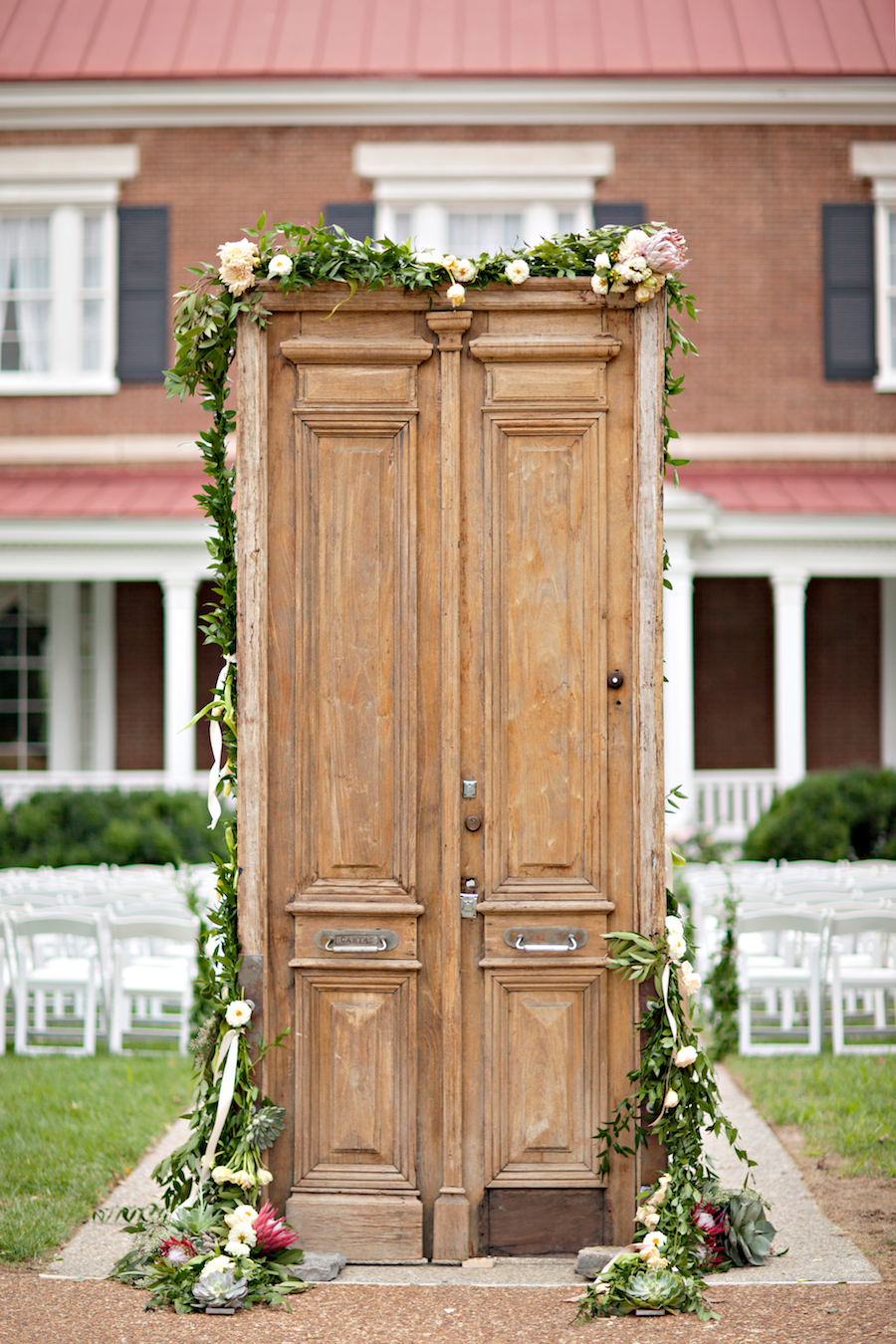 Photography: Glass Jar Photography - glassjarphotography.com   Read More on SMP: http://www.stylemepretty.com/2015/05/12/vintage-chic-southern-mansion-wedding/