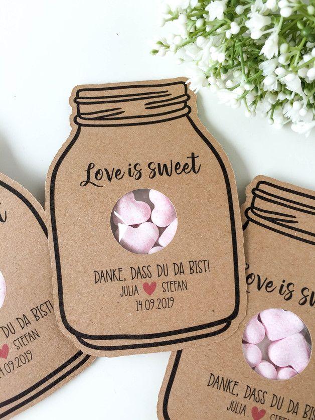 Überrascht eure Hochzeitsgäste mit diesem liebevoll gestalteten Gastgeschenk in Form eines Einmachglases, das sie als süßes Andenken mit nach Hause nehmen können. In einem kleinen Tütchen an der...
