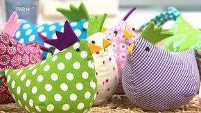 Diese Osterhühner sind bunt, lustig, schnell herzustellen und sehr dekorativ! Je nach Größe und Ausführung können sie als Kantenhocker, Tischdeko oder als kleine Aufhänger im Osterstrauch Ihr Zuhause schmücken. #handtowels