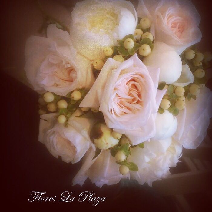 Ramo de novia rosas, peonias e hipericum. En Flores la Plaza, Cangas del Narcea. Teléfono 985 811 511