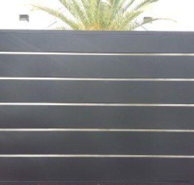 Puerta de garaje moderna con adornos de acero inoxidable - Puertas automaticas para cocheras ...