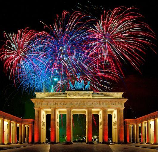 Fireworks New Years Eve At Brandenburg Gate In Berlin Berlin Feuerwerk Und Brandenburger Tor
