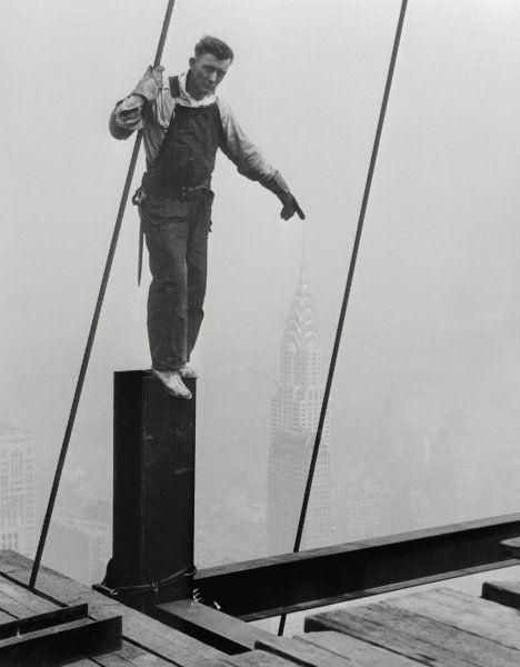 Ausgetrickst:  Ein Arbeiter auf dem Empire State Building legt seinen Finger...