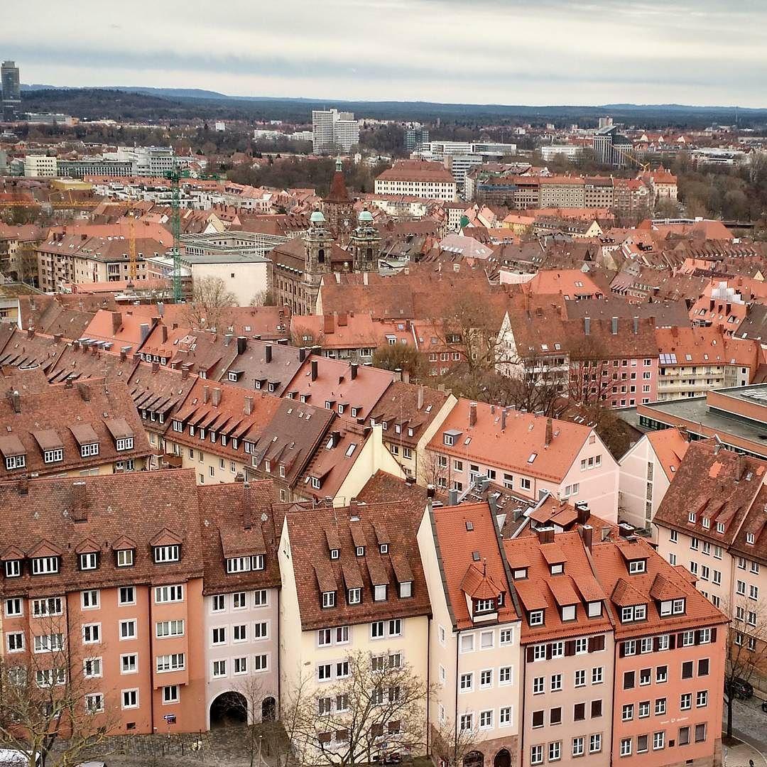 Nurnbergin vanha kaupunki on loistava matkakohde restaurointihenkiselle. Keskiaikaista keskustaa uuden ajan porvaristaloja maanalaisia luolastoja riittää silmänkantamattomiin - ja lisäksi suurin osa niistä on rakennettu uudelleen reilu 70 vuotta sitten. Nurnberg oli nimittäin yksi niistä Saksan kaupungeista joka käytännössä pommitettiin maan tasalle toisen maailmansodan loppuvaiheissa. Vanhan keskustan palautustyö kesti vuosikymmeniä ja nykyisellään nopeasti katsoen voi uskoa täysin…