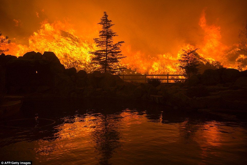 Smoke And A Layer Of Ash Cover Los Angeles As 20 000 Acre Fire Burns Photos Of The Week Fire California Wildfires