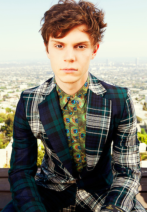 0kay everyone look at Evan Peters... He's wearing two horrendous print that on a normal man would be a REAL horror story... But he looks amazing