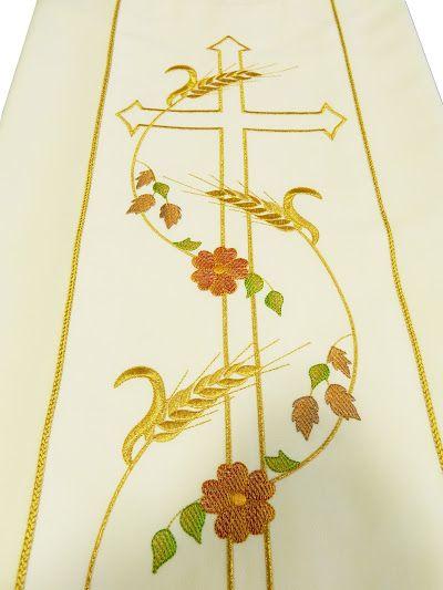 Casulla blanca de poliéster con espigas y Cruz bordadas / White liturgical chasuble in polyester with Cross, wheat and flowers embroidery (2/6). http://www.articulosreligiososbrabander.es/comprar-casulla-poliester-bordado-cruz-espigas.html #Chasuble #Casulla #Vestment #Ornamentos #Sacerdote #Priest #Párroco