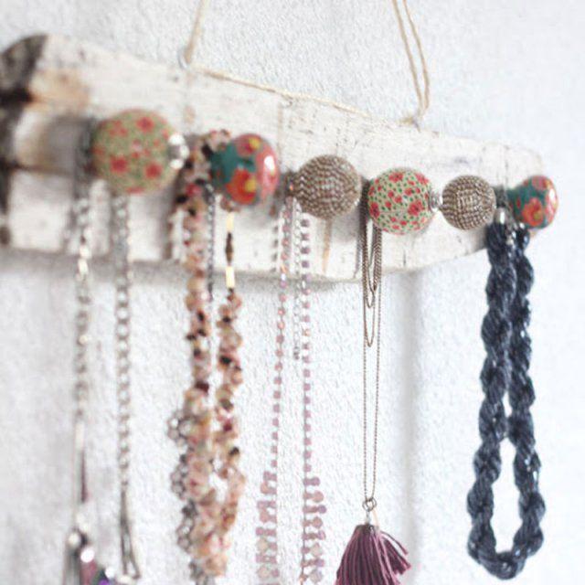 17 diy pour fabriquer un porte bijoux presentoir collier collier boh me et pr sentoir - Fabriquer porte bijoux ...