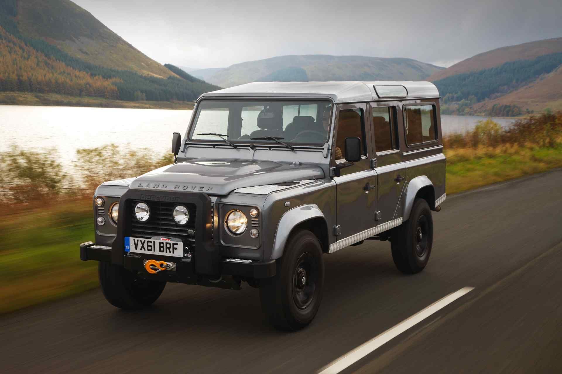 Land Rover Defender 68 Jahre Bauzeit Der Offroad Dino Geht In Rente Doch Die Lengende Lebt Land Rover Defender