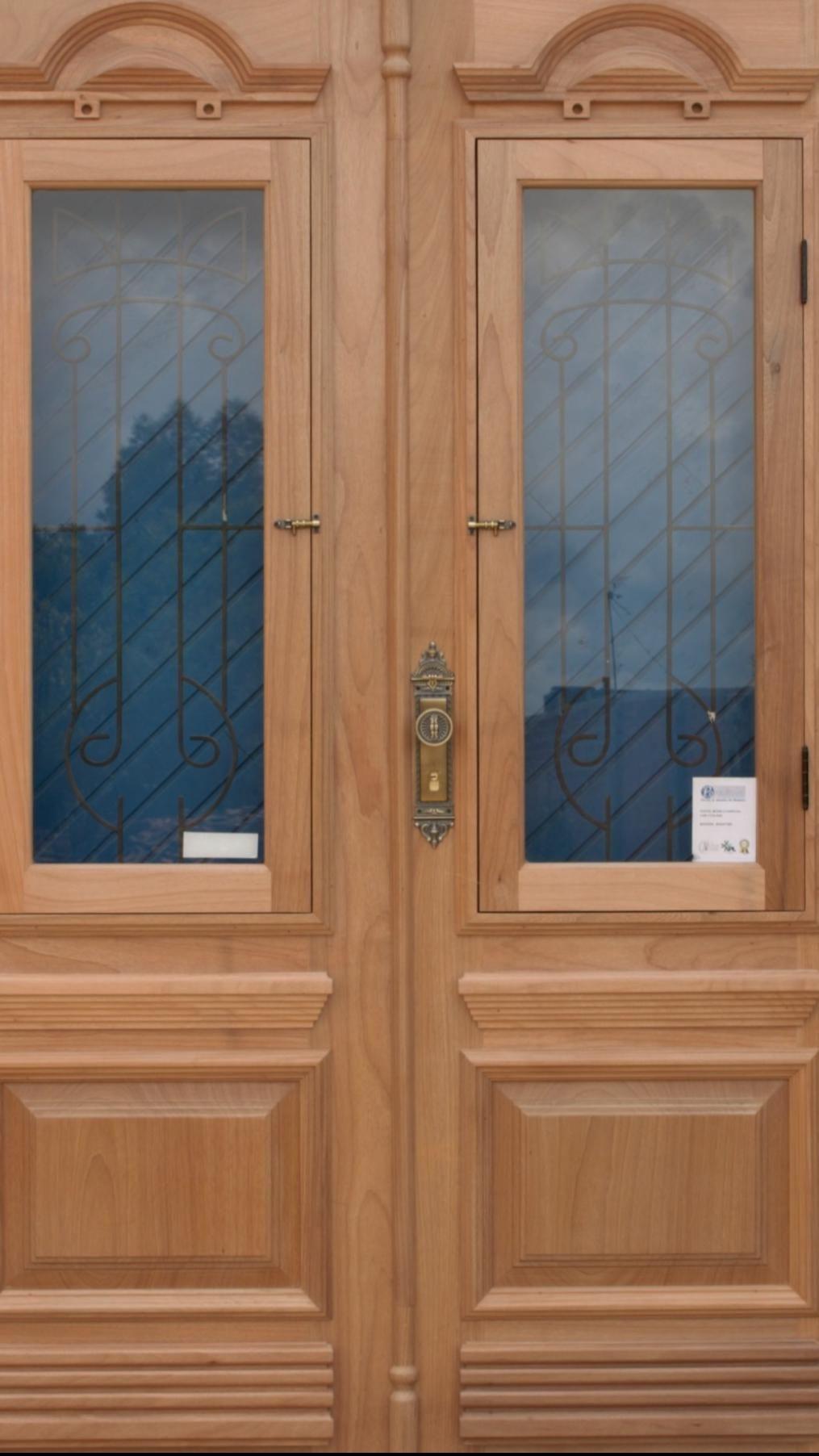 Porta de madeira maciça dupla com grades de ferro – Portal de madeira – Portalmad