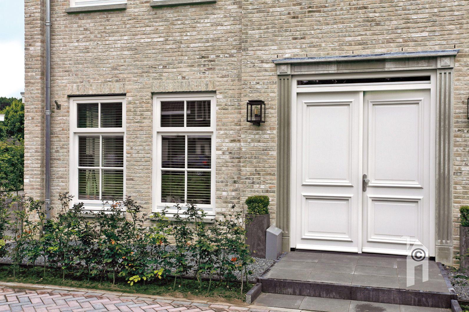 """""""De dubbele grote voordeur geeft het huis een statige uitstraling."""""""
