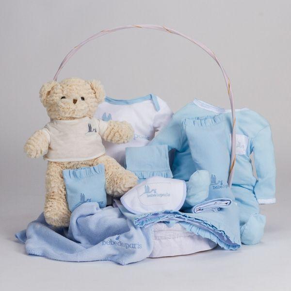 Canastilla Clásica con Oso Teddy. Canastilla para bebé presentada en cesta de mimbre artesanal. Un regalo para el recién nacido ideal por sus complementos prácticos. #canastillas #regalos #babygifts #bebés