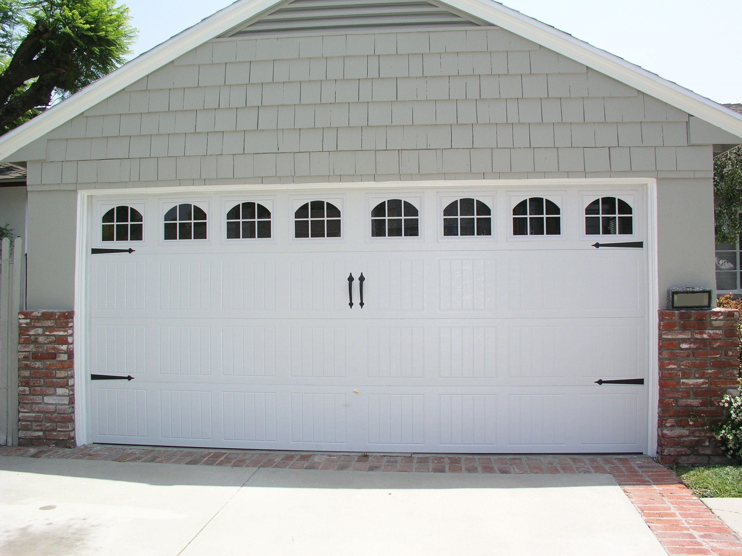 Wayne Dalton Sonoma White Cascade With Decorative Hardware Los Angeles Ca Photo Credit Agi Dyer Gara Garage Door Styles Garage Doors Garage Door Design