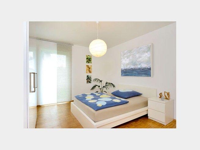 Schnörkelloses Schlafzimmer mit klaren Linien und sanften