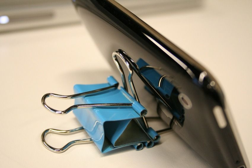 17 Diy Office Hacks To Make Work More Tolerable Office Hacks Binder Clip Hacks Diy Phone Stand