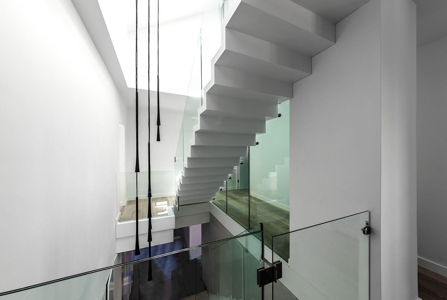 Weiße Holztreppe rs 94 4 rs 94 holztreppe weisse faltwerktreppe geländer aus glas