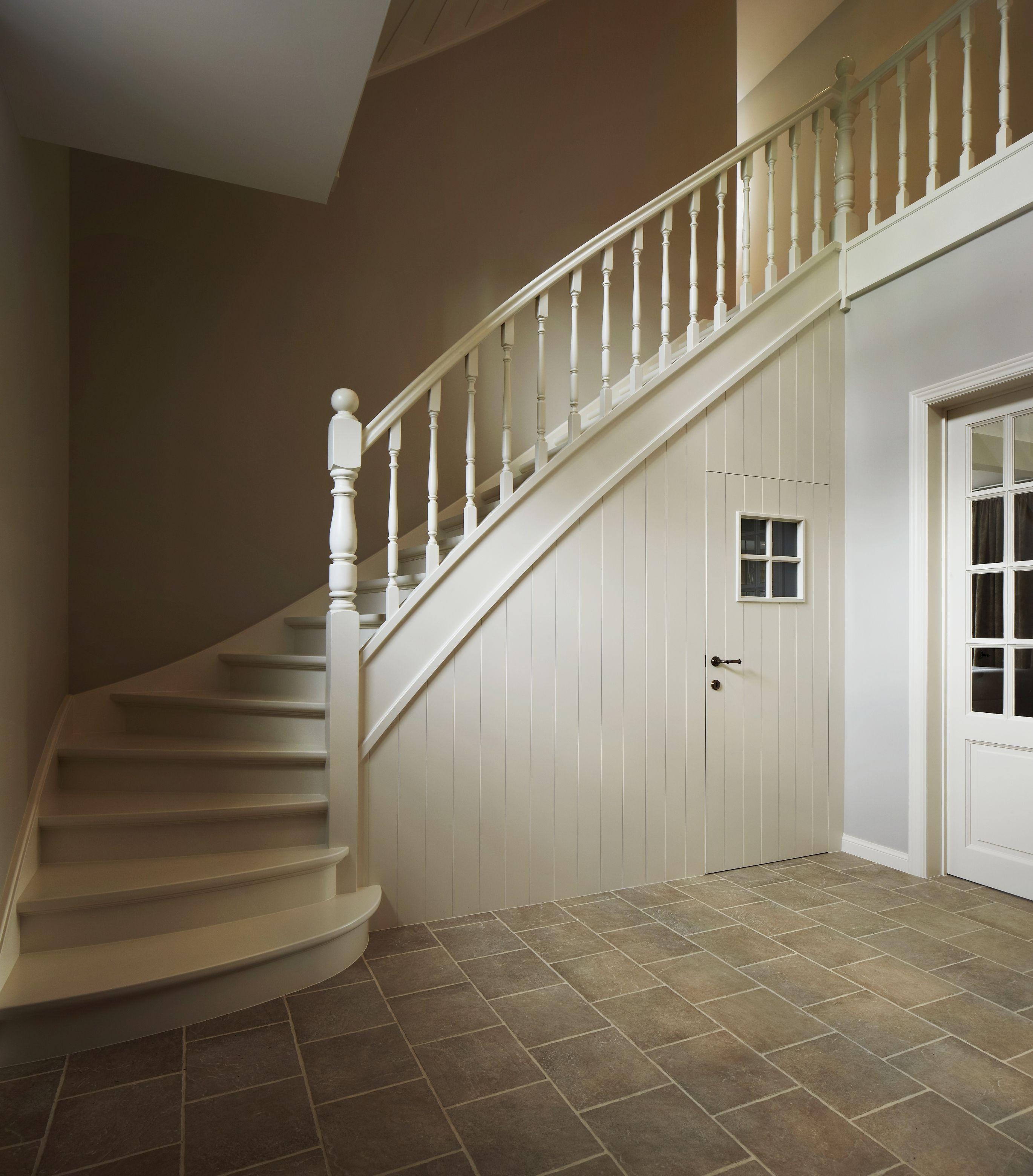 Trap onderkant dichtgemaakt met wand en deur landelijke trappen geschilderd pinterest - Wand trap ...