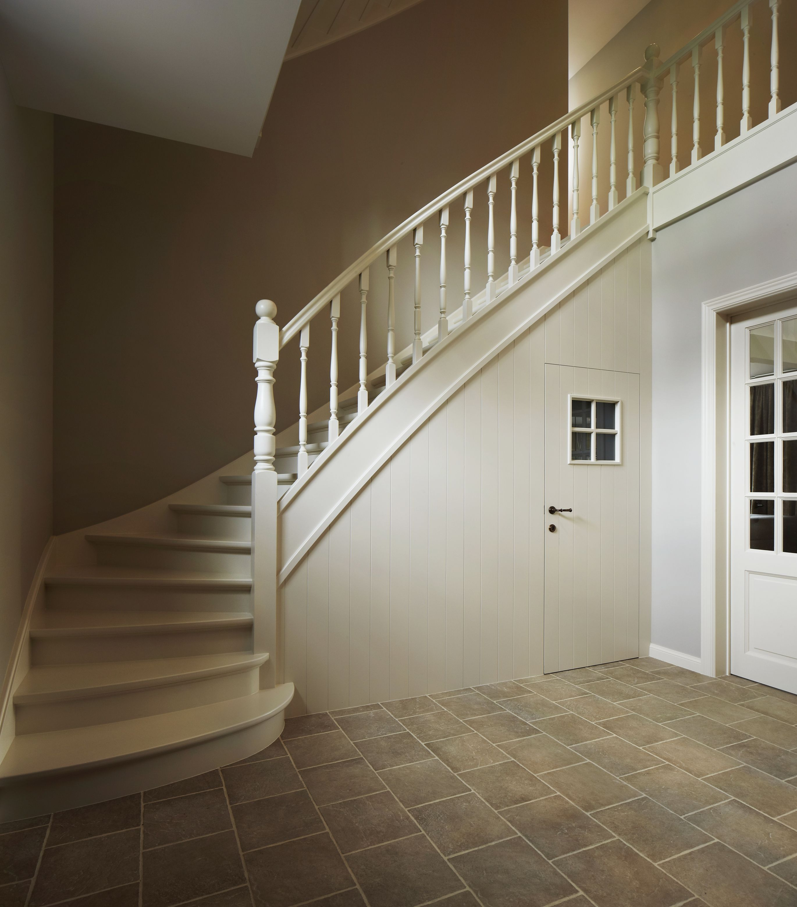 Trap onderkant dichtgemaakt met wand en deur escalier pinterest escaliers belge et int rieur - Deco houten trap ...