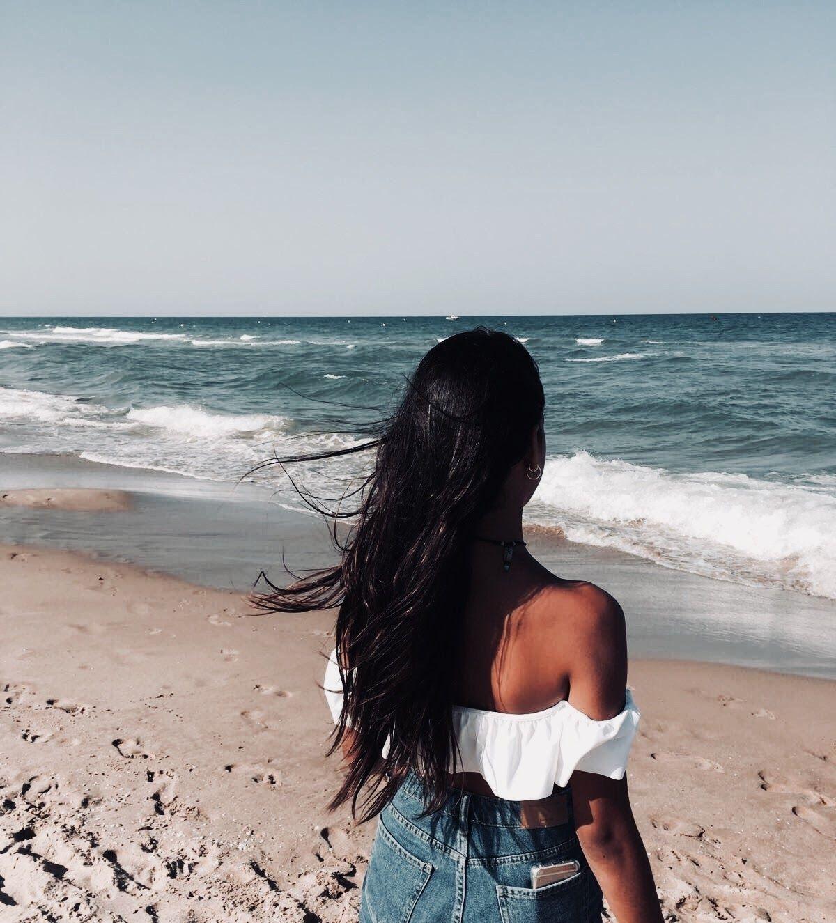 Картинки девушки брюнетки спиной на море