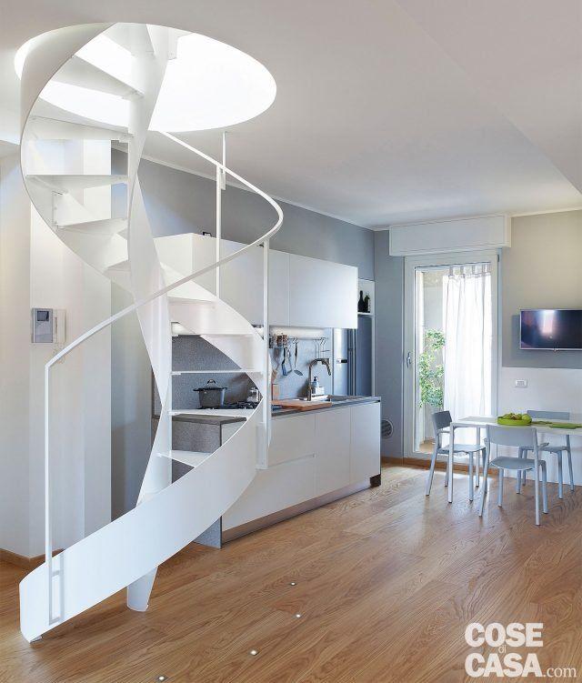 Cucina a vista sul soggiorno nel sottotetto con terrazzi a tasca | Attic