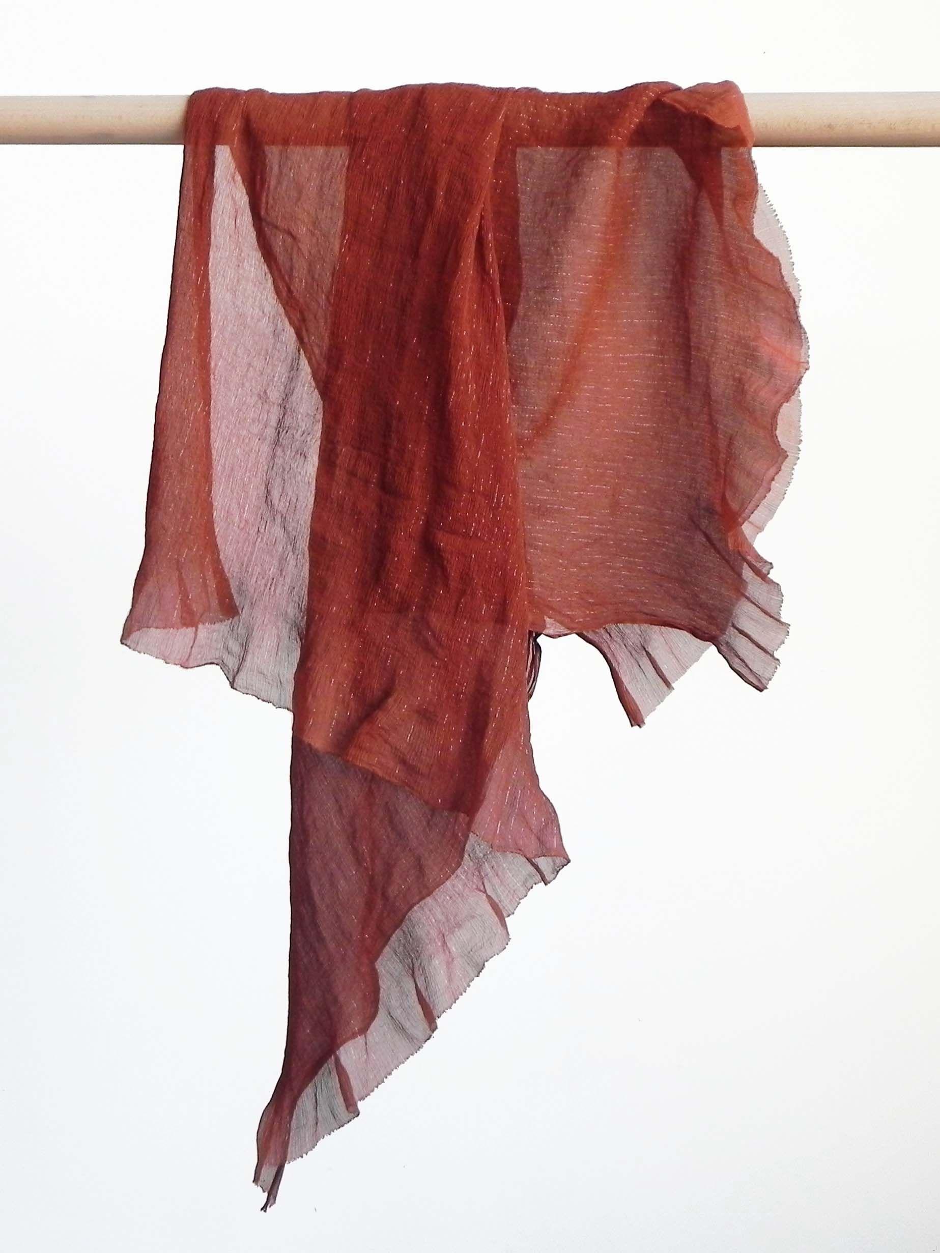714661462b18 Foulard de soie teinture naturelle de cachou (acacia tinctorial) Réalisé  par la marque Rézéda