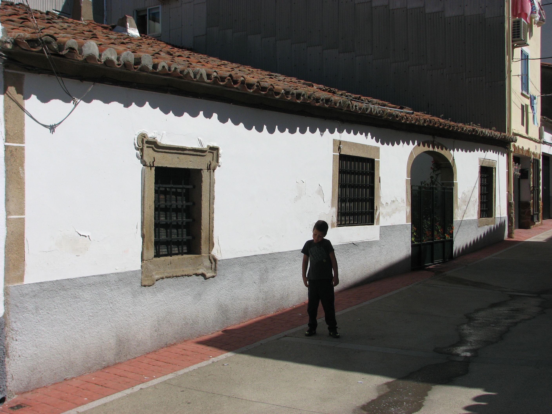 Una bonita fachada en una de las calles principales de Zarza.