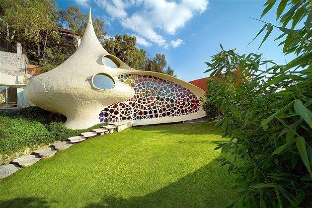 Diseñada por el arquitecto Javier Senosiain, la casa naútica en Naucalpan, Mexico, evoca un molusco del mar con concha en espiral. Fue construida en 2006 y es privada.