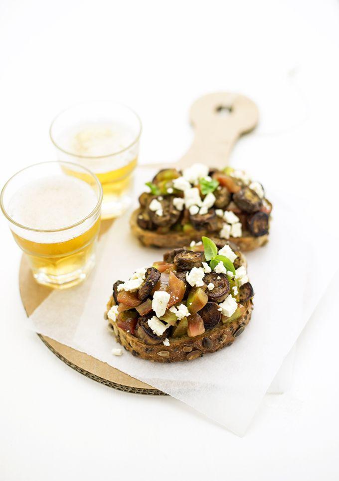 pane&burro: Crostone con melanzane arrosto allo za'atar, pomodori sardi e feta
