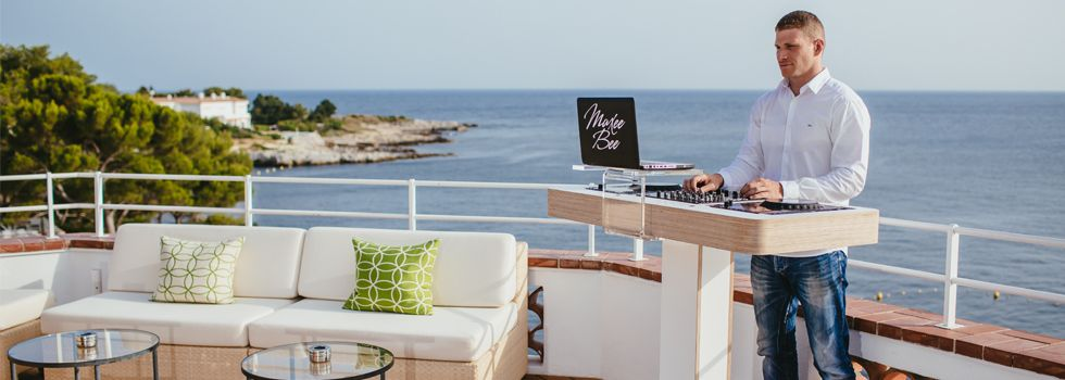 Enjoy stunning views over the mediterranean sea while sipping on your favourite vintage champagne at hotel du cap eden roc official site