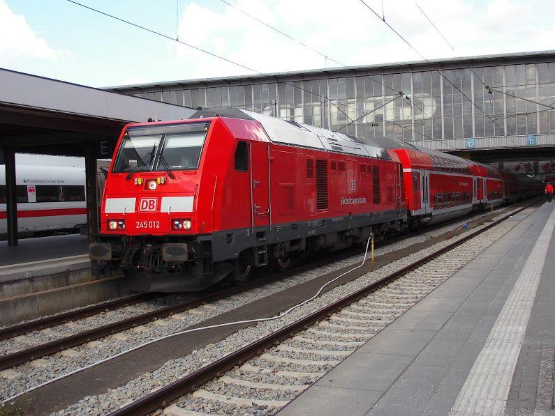 BR 245 der Südostbayernbahn mit Dostos im Bahnhof München