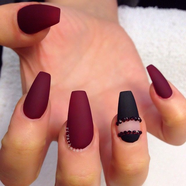 I Don T Really Like The Black Maybe All Black With Those Studs On Ring Finger Matte Nails Design Maroon Nails Burgundy Nails