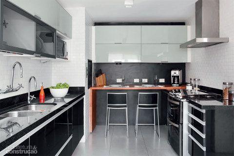 Na Cozinha As Portas Dos Armarios Superiores Revezam Vidro