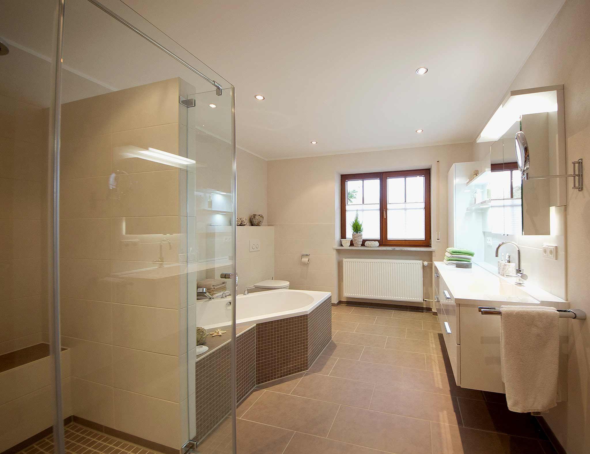 Wandgestaltung Badezimmer ~ Blick ins badezimmer graubraune bodenfliesen helle