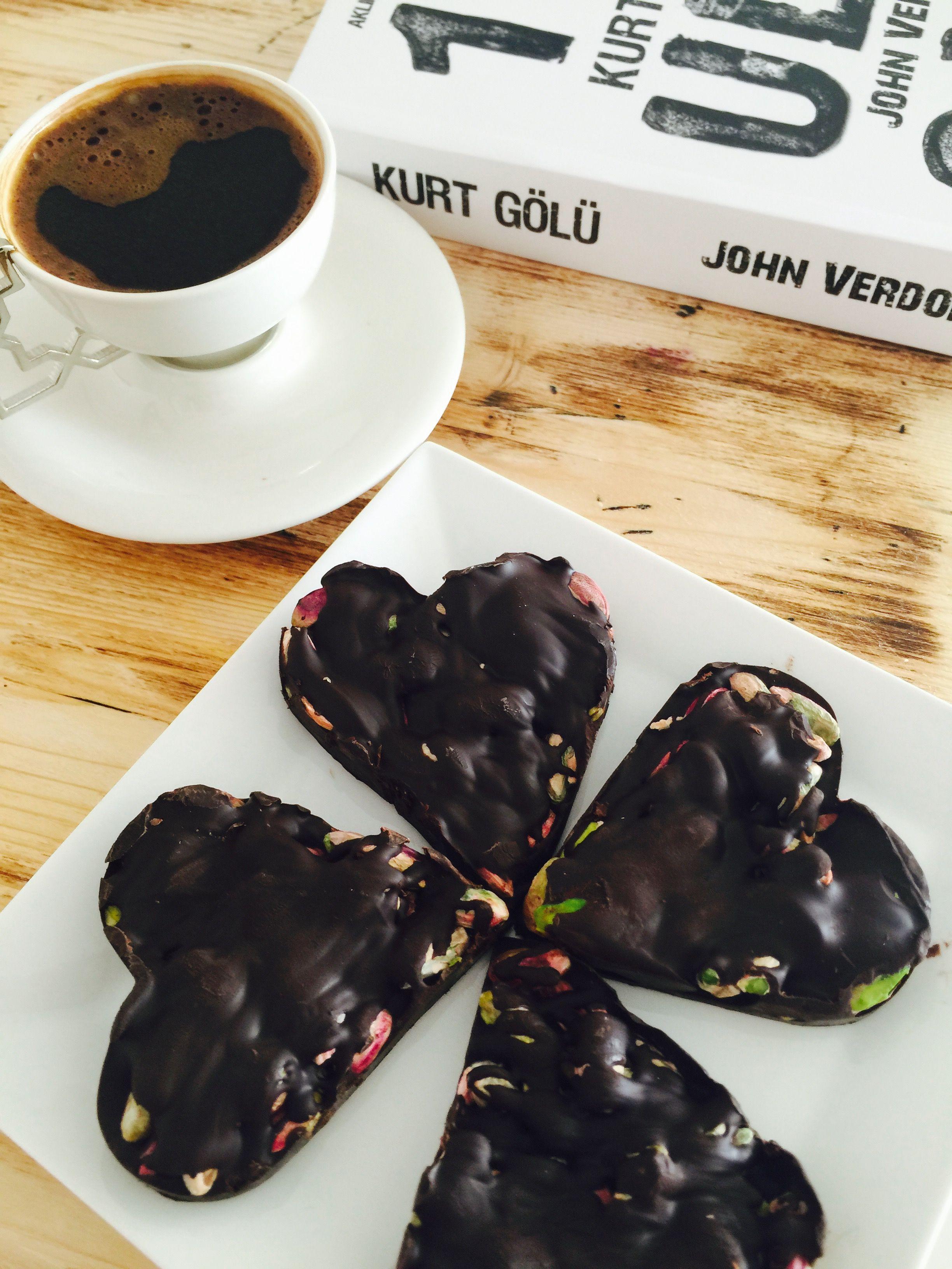 Tam fıstıkla yapılmış kalp şeklinde çikolatalar Çikolata❤️fıstık❤️kitap❤️kahve❤️ Instagram adresim Aynilezzet