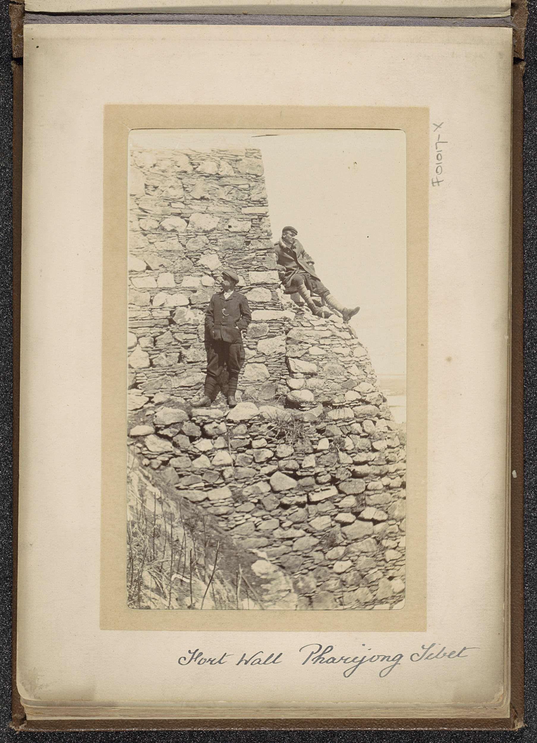D.T. Dalton | Twee mannen op een muur van het fort van Pharijong, D.T. Dalton, 1903 - 1906 | Onderdeel van Fotoalbum met 24 foto's van de reis van legertelegrafist D.T. Dalton door Tibet.