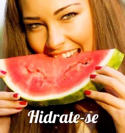 Hidrate-se!  Manter o corpo hidratado no calor garante mais disposição e, de quebra, deixa pele e cabelo mais bonitos!