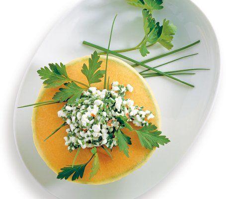 Melone mit Kräuter-Hüttenkäse - Rezept - Saisonküche